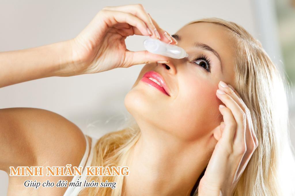 Vệ sinh mắt mỗi ngày bằng nước muối sinh lý
